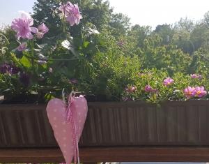 Liebevoll genähte Herzen aus beschichteter Baumwolle –auch für Gartendeko- in rosa mit weißen Punkten - Handarbeit kaufen