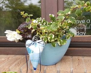 Liebevoll genähte Herzen aus beschichteter Baumwolle –auch für Gartendeko- in Blau - Handarbeit kaufen