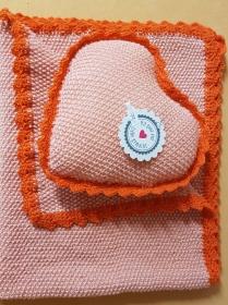 handgestrickte Babydecke und Kissen in Herzform in Orangetönen - ein schönes Geschenk zur Geburt oder Taufe - Handarbeit kaufen