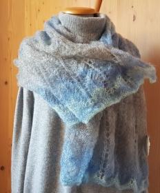 handgestrickter federleichter Lace Schal aus hochwertiger Wolle mit einem Farbverlauf in grau, blau und mint - Handarbeit kaufen
