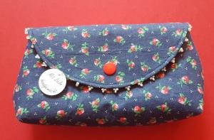genähte kleine Tasche in dunkelblau mit Erdbeermuster, einzeln angenähte Perlen und Druckknopfverschluss - Handarbeit kaufen