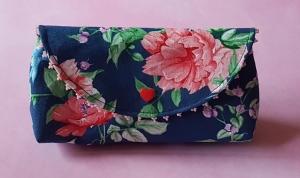 handgenähtes Täschchen aus dunkelblauem Baumwollstoff mit Blütenmuster und Perlen -Unikat- - Handarbeit kaufen