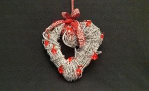 Kranz in Herzform für Tür oder Wand zum Aufhängen,  Farben rot und weiß - nicht nur für die Weihnachtszeit - Handarbeit kaufen