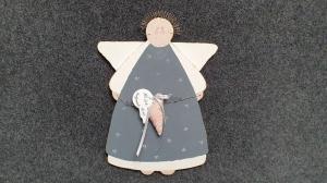 ausgesägter und liebevoll bemalter Engel, Schutzengel, der über dich wacht - grau, weiß, rosa - mit genähtem Herz - Unikat - Handarbeit kaufen