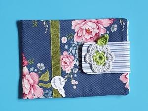 genähte e-reader Tasche aus Baumwollstoff mit Blütenmuster und Klettverschluß in blau und rosa - ein tolles Geschenk für Leseratten - Handarbeit kaufen