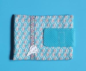 genähte Schutzhülle für e-reader & co - Baumwollstoff in türkis mit abstrakten Pusteblumen - Einzelstück -  - Handarbeit kaufen