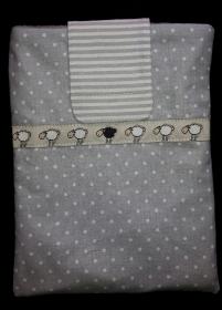 genähte e-reader Schutzhülle aus grauem Baumwollstoff mit weißen Punkten und einer Borte mit Schäfchen - dieses Einzelstück ansehen - Handarbeit kaufen