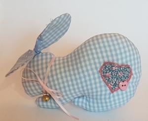 liebevoll genähter Hase mit Schlappohren in hellblau und weiß - kariert und gepunktet - Handarbeit kaufen