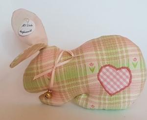 genähtes Häschen in maigrün und rosa mit appliziertem Herz und Glöckchen - Handarbeit kaufen
