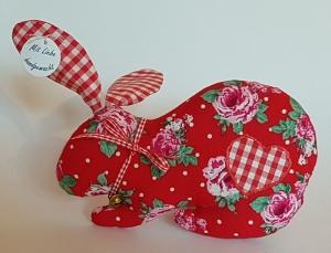 genähter Hase mit Schlappohren aus geblümtem Baumwollstoff in rot mit Glöckchen - Handarbeit kaufen