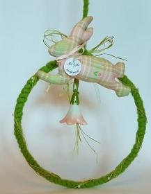 liebevoll genähte und gebastelte Dekoration zum Aufhängen in maigrün und rosa - rund - Handarbeit kaufen