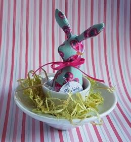 genähtes Häschen im Eierbecher - schöne Tischdekoration mit türkis und pink in edlem Weiß - Handarbeit kaufen