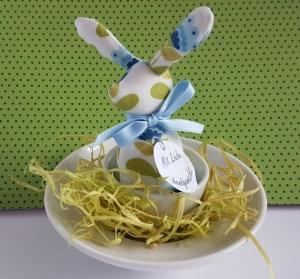 genähtes Häschen im Eierbecher - Baumwollstoff in weiß mit blaugrünem Muster - für den liebevoll gedeckten Tisch - Handarbeit kaufen