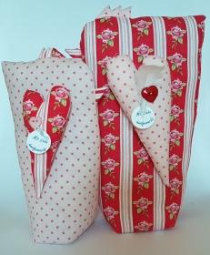 genähtes Hühnerpaar aus rosa und rot gemustertem Baumwollstoff - schön für eine liebevolle Dekoration - Handarbeit kaufen