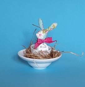 genähtes Häschen im Eierbecher - Baumwollstoff in türkis mit Blütenmuster - liebevolle Handarbeit  - Handarbeit kaufen