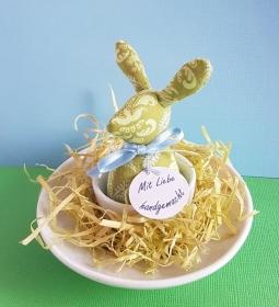 genähtes Häschen im Eierbecher - grüner Baumwollstoff mit zartem Muster in hellgrün und hellblau -  - Handarbeit kaufen