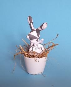 genähtes Häschen im Eierbecher - Baumwollstoff mit schwarzweißem geometrischen Muster - Schönes für den Frühstückstisch - Handarbeit kaufen