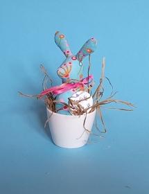 genähtes Häschen im Eierbecher - türkisfarbener Baumwollstoff mit buntem Muster - für einen fantasievollen Frühstückstisch - Handarbeit kaufen