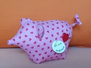 genähtes Glücksschwein aus rosa Baumwollstoff mit roten Herzen - liebevolle Handarbeit - Handarbeit kaufen