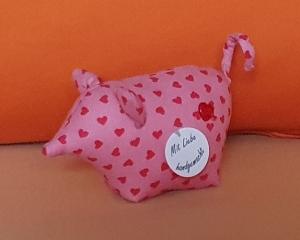 genähtes Glücksschweinchen aus rosa Baumwollstoff mit roten Herzen - ein herziger Glücksbringer - Handarbeit kaufen