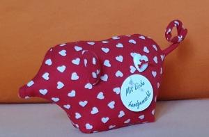 genähtes Glücksschweinchen aus rotem Baumwollstoff mit weißen Herzen und Ringelschwanz - Handarbeit kaufen