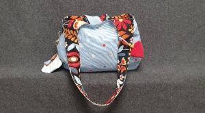 Genähter Boho Bag oder Schulterbeutel/Tasche zum Wenden - eine Seite schwarz mit Blüten - die andere hellblau mit Punkten - Handarbeit kaufen