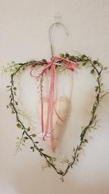 Upcycling - Drahtherzen aus einem Drahtbügel - dekoriert mit genähtem Herz, Bändern und Vielerlei in rosa, grün und beige - Handarbeit kaufen