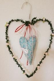 Upcycling - Drahtherz aus einem Metallbügel - dekoriert mit genähtem Herz, Buchsgirlande, Satinröschen und Bändern in türkis und rosa - Handarbeit kaufen