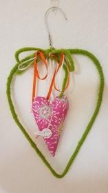 Upcycling - Drahtherz mit genähtem Herz, Perlen und Bändern - Maigrün und Pink - Handarbeit kaufen