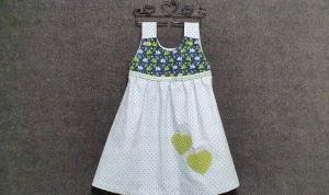 genähtes Mädchenkleid/Hängerchen aus Baumwolle - schnell zu schließen - hellblau mit Punkten - Mixed Stoff Vögel und Herzen - Handarbeit kaufen