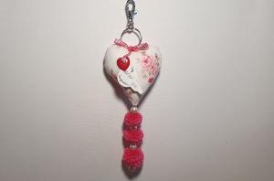 genähter Taschenanhänger in Herzform mit Pompoms - Rosenmuster - in beige, pink, rot - Handarbeit kaufen