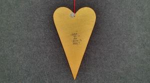 Skandinavische Weihnacht - ausgesägtes großes Herz in gold mit schwarzem Schriftzug  - Handarbeit kaufen