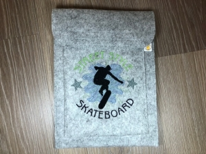Schöne Tablett Tasche Filz grau bestickt mit Skater Motiv Jungs