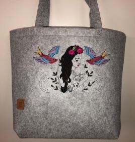 Sehr schöne bestickte Filztasche/ Tragetasche/ Shopper Tattoo Girl - Handarbeit kaufen