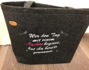 Sehr schöne bestickte Filztasche/ Tragetasche/ Shopper Schmetterlinge - Handarbeit kaufen