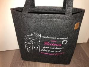 Sehr schöne bestickte Filztasche/ Tragetasche/ Shopper Pferde Reiterin Spruch - Handarbeit kaufen