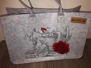 Sehr schöne bestickte Filztasche/ Tragetasche/ Shopper Nähmaschine Rose Stickerei    - Handarbeit kaufen