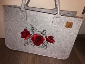 Sehr schöne bestickte Filztasche/ Tragetasche/ Shopper Rosen, Blumen, Frühling, Muttertag - Handarbeit kaufen