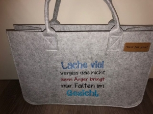 Sehr schöne bestickte Filztasche/ Tragetasche/ Shopper Lachen, Freude Stickerei  - Handarbeit kaufen