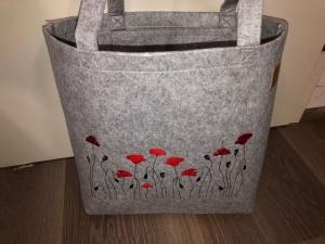 Sehr schöne bestickte Filztasche/ Tragetasche/ Shopper Mohnblume, Blume - Handarbeit kaufen