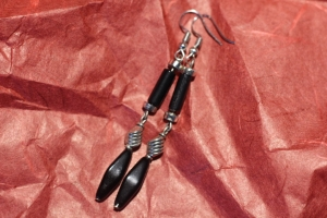 Schwarze,- silberfarbende Ohrhänger in Rauten,- und Säulenform, handarbeit.