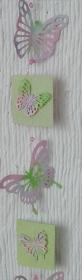 Pastellfarbene Fensterdekoration mit Schmetterlingen und kleinen Weisheiten