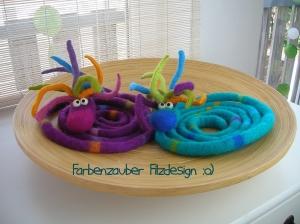 Gefilzte Fingerpuppe - Extralanger Büschelwurm - in der Farbe Türkis-Bunt