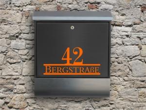 Briefkastentattoo in Wunschfarbe - Stripe 26 - 15cm Breite - Namensaufkleber - Adressaufkleber - Personalisiert - Individuell - Individualisierbar - Design Out Of Norm