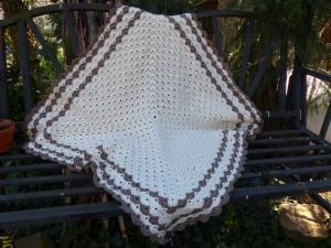 Gehäkelte Babydecke - Größe ca. 74 x 74 cm in Beige / Braun aus 100 % Baumwolle