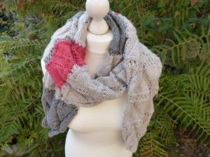 Handgestrickter Schal mit vielen kleinen glitzernden Pailletten