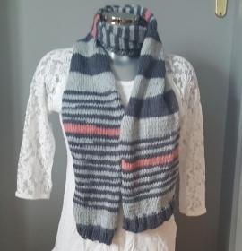 gestrickter, warmer, grauer Schal im Streifenmuster, aufgelockert durch vier apricotfarbene Streifen, oben und unten mit je einem Bünchen als Abschluss - Handarbeit kaufen