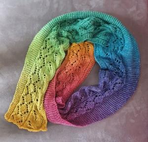 kurzer, luftiger, gestrickter Sommerschal in einem Regenbogenfarbverlauf aus reiner Baumwolle