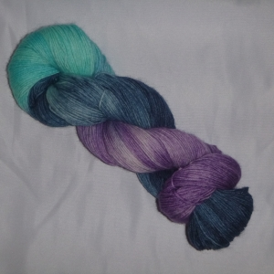 Handgefärbte Sockenwolle (4-fädig) blau-flieder