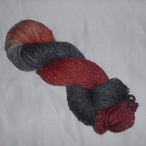 Handgefärbte Sockenwolle (4-fädig) mit Glitzer in grau rot